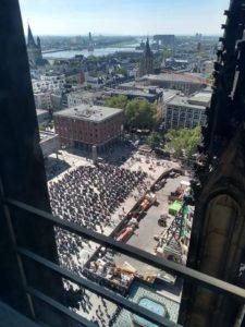 Blick auf die Motorräder vom Kölner Domdach