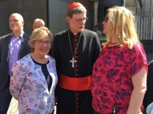 Marlene Merhar und Monika Burger-Schmidt mit Kardinal Wölki